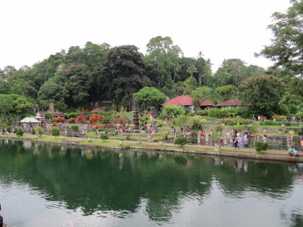 Тирта Гангга— дворец наводе, Бали.