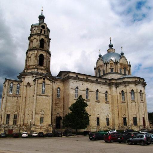 Огромный собор в маленьком поселке