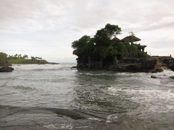 Храм Танах-Лот (Земля вморе) остров Бали, Индонезия
